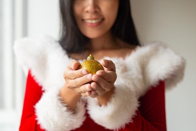 Lächelndes mädchen, das weihnachtsbaum verziert Kostenlose Fotos