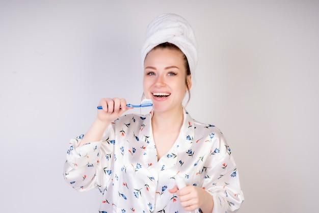 Lächelndes mädchen mit zahnbürste am morgen Kostenlose Fotos
