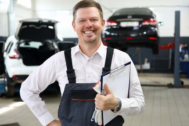 Lächelndes mannarbeitskraftreparatur-autoservice-porträt. Premium Fotos
