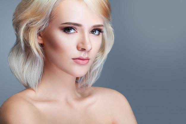 Lächelndes modell der schönheit mit natürlichem bilden und den langen wimpern Premium Fotos