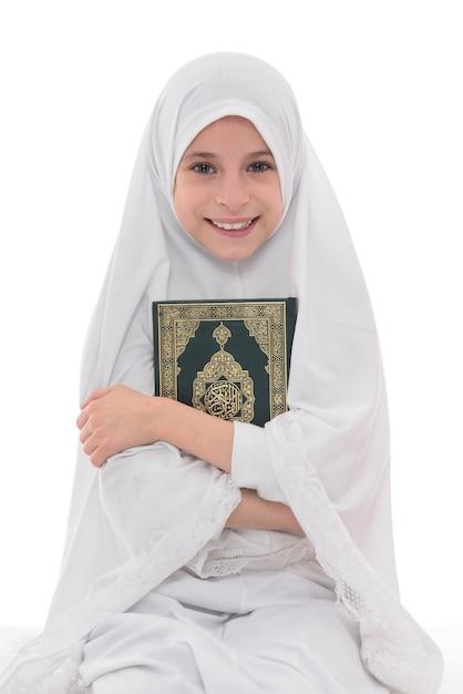 Lächelndes muslimisches mädchen liebt heiliges buch des korans Premium Fotos
