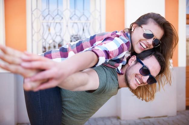Lächelndes paar, das in der stadt genießt Kostenlose Fotos