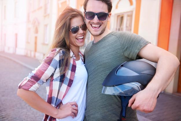 Lächelndes paar mit einem motorradhelm Kostenlose Fotos