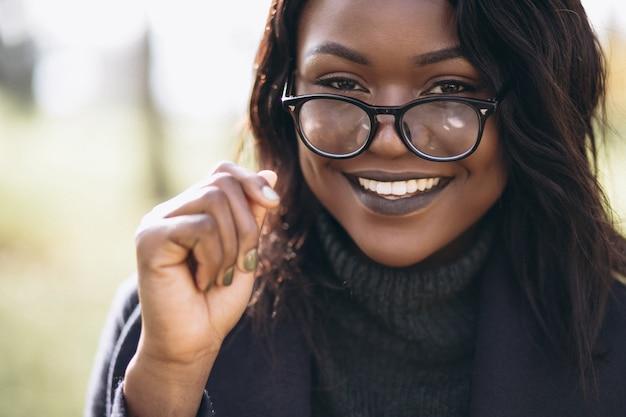 Lächelndes porträt der afroamerikanerfrau Kostenlose Fotos