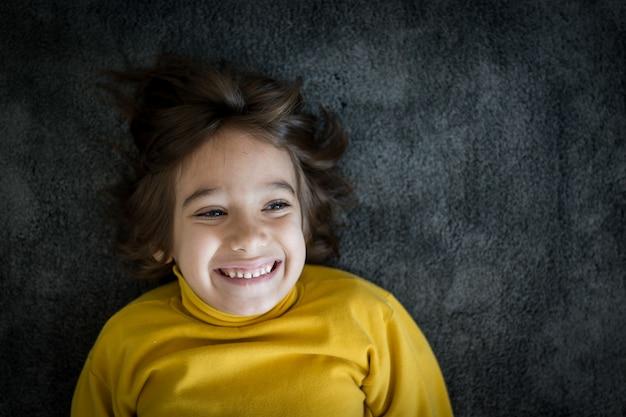 Lächelndes porträt des kleinen netten jungen Premium Fotos