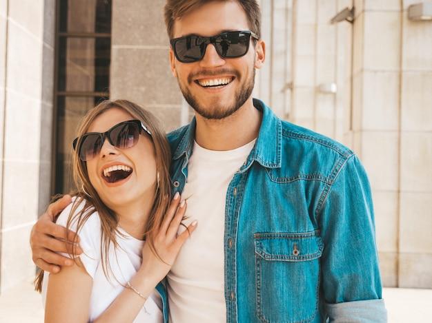Lächelndes schönes mädchen und ihr hübscher freund in der zufälligen sommerkleidung. Kostenlose Fotos
