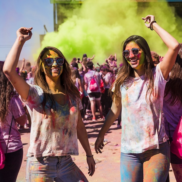 Lächelndes tanzen der jungen frau in der holi farbe Kostenlose Fotos
