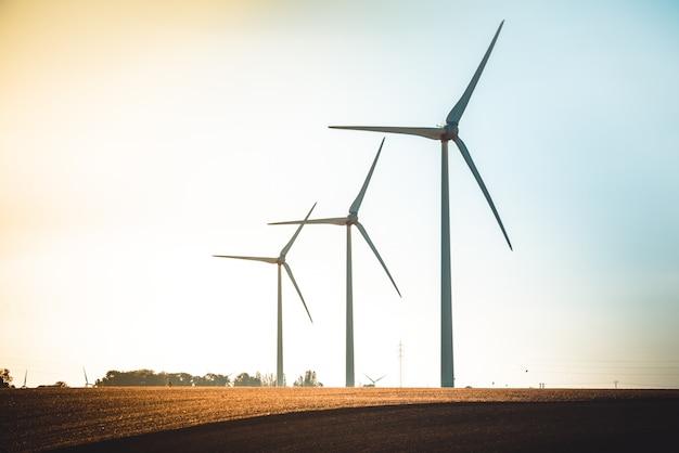 Ländliche landschaft mit funktionierender windkraftanlage Premium Fotos