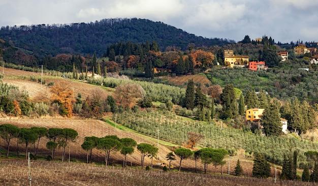Ländliche landschaftslandschaft von toskana-hügeln Premium Fotos