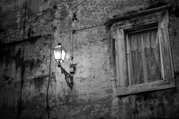 Ländliche wand mit lampe in der nacht Kostenlose Fotos