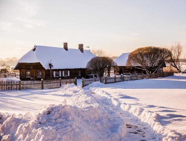 Ländliche winterlandschaft: häuser im schnee Premium Fotos