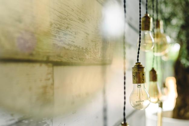 Längliche deko-glühbirnen hängen von der holzdecke. Premium Fotos