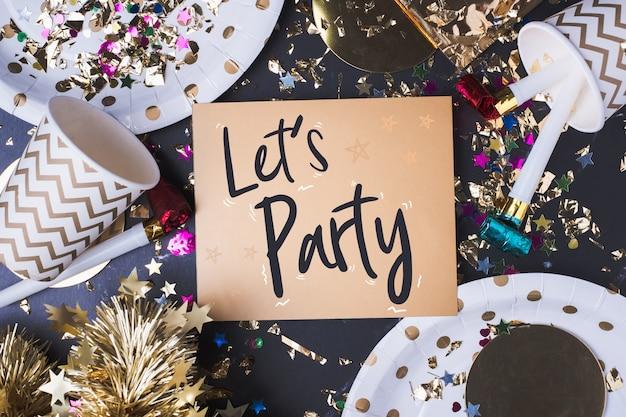 Lässt partei-pinselanschlaghandschrift auf grußkarte mit partycup Premium Fotos