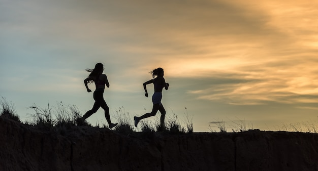 Läufer athlet läuft auf spur. frau fitness jogging training wellness-konzept. Premium Fotos