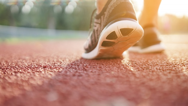Läuferathletenfüße, die auf tretmühle laufen. workout wellness. Premium Fotos