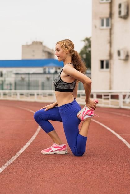 Läuferfrau, die vor der ausbildung ausdehnt Kostenlose Fotos