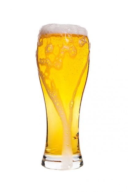 Lager fassbier in einem glas isoliert auf weißem hintergrund Premium Fotos