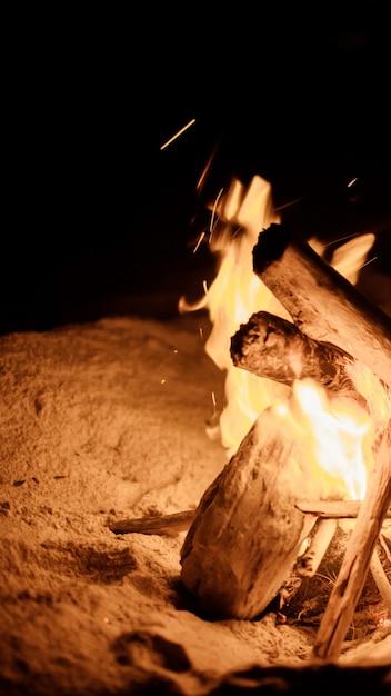 Lagerfeuer am strand Kostenlose Fotos