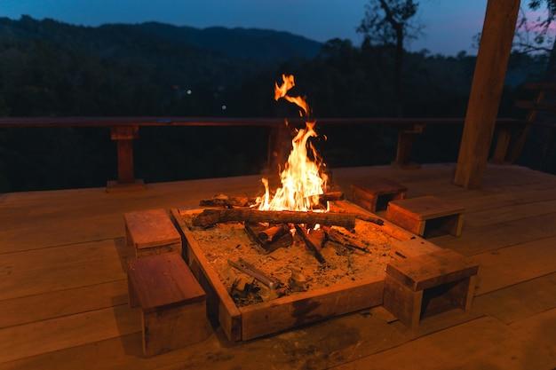 Lagerfeuer, lagerfeuer auf der veranda im wald Premium Fotos