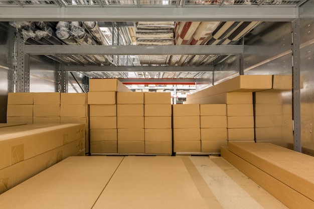 Lagerinnenraum mit regalböden für produktionsmaterial, paletten und kisten. Premium Fotos