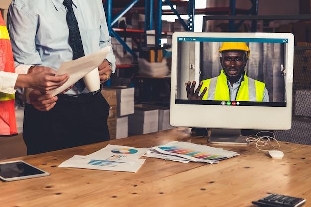 Lagermitarbeiter sprechen per videoanruf Premium Fotos