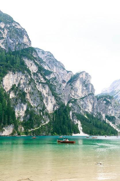 Lago di braies mit grünem wasser Premium Fotos