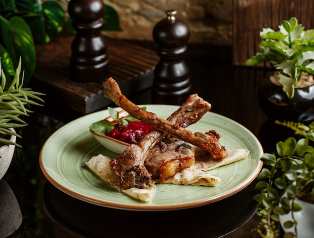 Lamm rippen kebab serviert mit sauce und fladenbrot Kostenlose Fotos