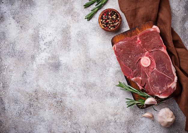 Lammfleisch mit rosmarin und gewürzen Premium Fotos