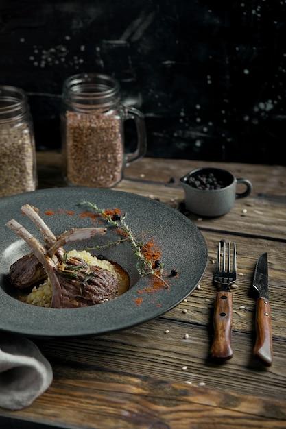 Lammkarree mit polenta Premium Fotos