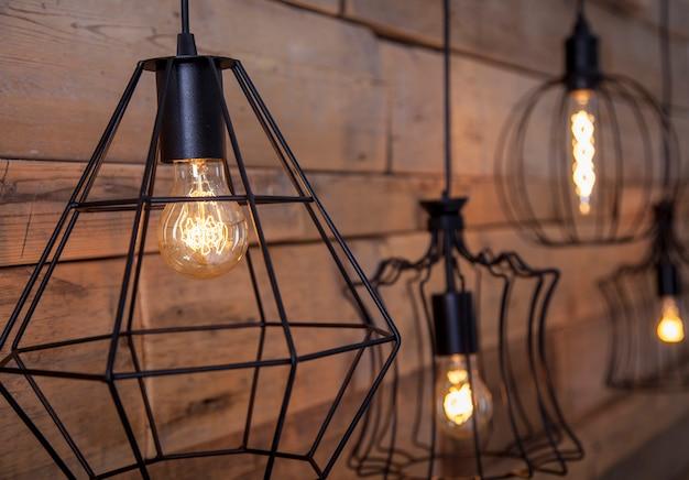Lampen mit warmem licht, zur dekoration, vor dem hintergrund des alten holzes Premium Fotos