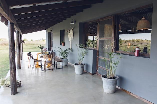 Landhaus mit holztisch und stühlen Premium Fotos