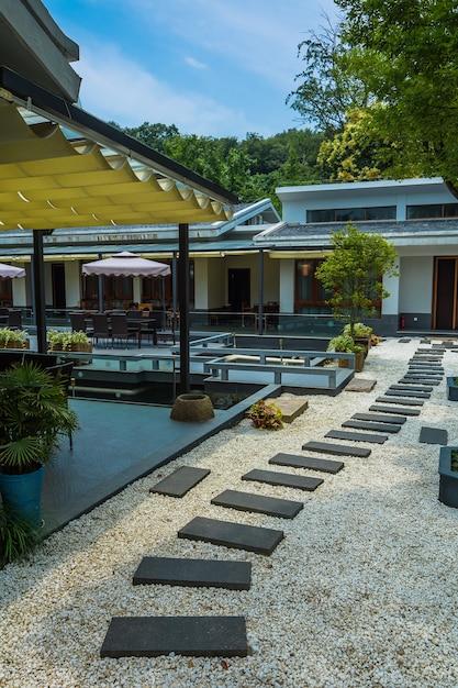 Landhaus mit steinbahn Kostenlose Fotos