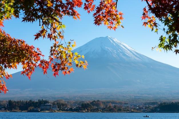 Landschaft der ansicht der fujisan und der helle rotahornblattrahmen kawaguchiko Premium Fotos
