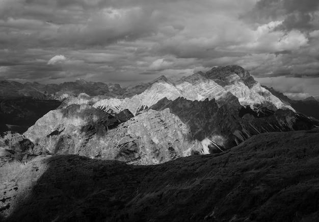 Landschaft der berge in schwarzweiss Kostenlose Fotos