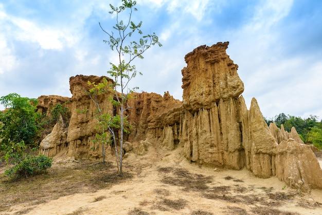 Landschaft der bodenbeschaffenheiten abgefressene sandsteinsäulen, -spalten und -klippen Premium Fotos