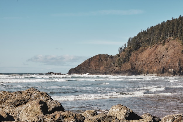 Landschaft der felsen an der küste des pazifischen nordwestens in cannon beach, oregon Kostenlose Fotos