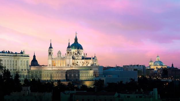 Landschaft der kathedrale santa maria la real de la almudena und des königlichen palastes. Premium Fotos