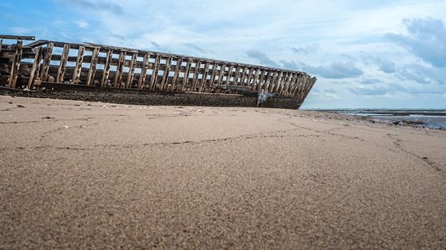 Landschaft der strände mit meer und boot stürzt ab Premium Fotos