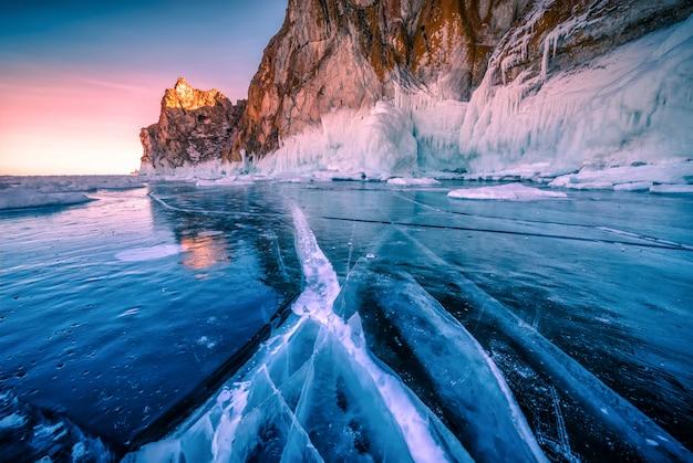 Landschaft des berges bei sonnenuntergang mit natürlichem brechendem eis in gefrorenem wasser auf dem baikalsee, sibirien, russland. Premium Fotos