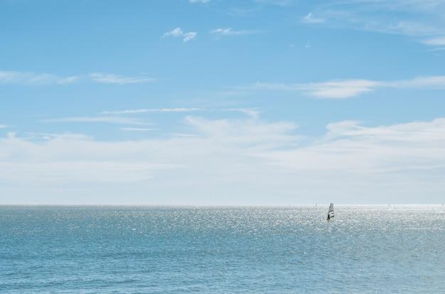 Landschaft des meeres mit windsurfer Premium Fotos