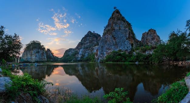 Landschaft des schlangenberges in der provinz ratchaburi Premium Fotos