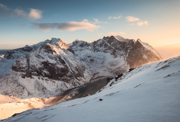 Landschaft des schneebedeckten berges auf spitze bei sonnenuntergang Premium Fotos