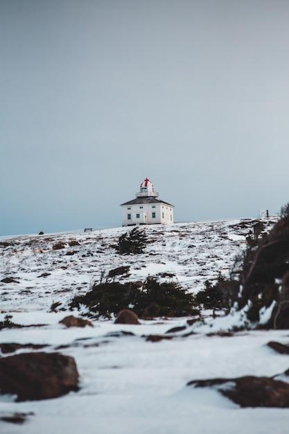 Landschaft eines hauses in einem schneebedeckten feld Kostenlose Fotos