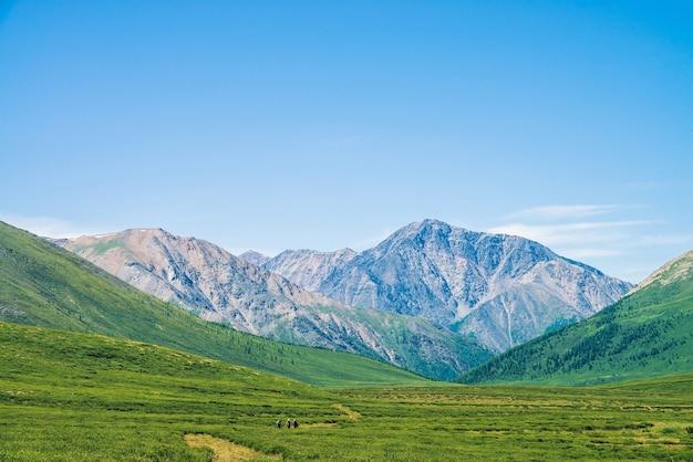 Landschaft mit riesigen bergen am sonnigen tag Premium Fotos