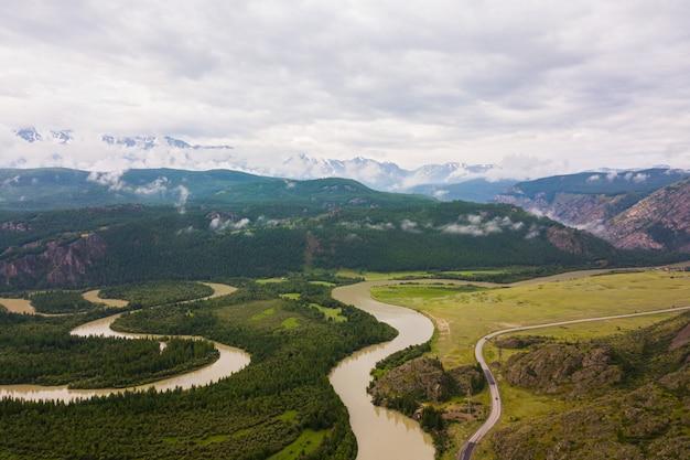 Landschaft mit schönen wald mit gebirgsfluss Premium Fotos