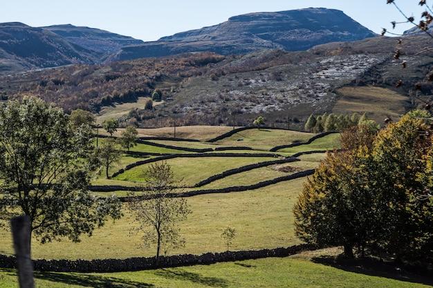 Landschaft von bergen mit den plänen getrennt durch steinmauern Premium Fotos