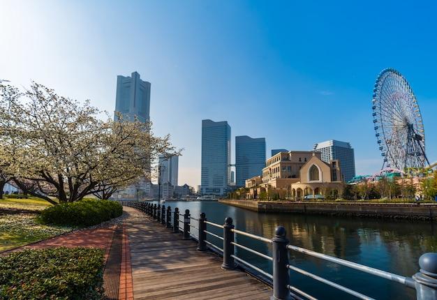 Landschaft von kishamichi-promenade mit kirschblüte in minato mirai, yokohama, japan Premium Fotos