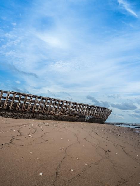 Landschaft von stränden mit meer und boot stößt, pattaya thailand zusammen. Premium Fotos