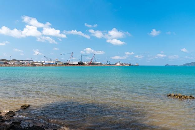 Landschaft von strand und meer mit rifffelsenstrand Premium Fotos