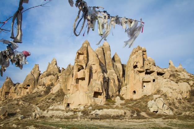 Landschaften von kappadokien mit ausgefallenen felsen, bäumen und höhlen Premium Fotos